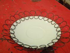 drátem ozdobený a zvětšený porcelánový talířek
