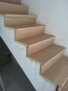 Instalaci n de escaleras de madera para interior en un - Escaleras para duplex ...