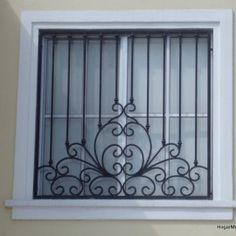 Herrería artística en ventana bien equilibrada mezclando lineas rectas y un diseño creativo
