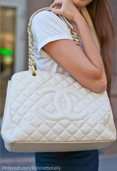 Omg! I want this CHANEL PURSE! AHHH... SO BAD I CAN SEE IT ON MY SHOULDER!!! Chanel More pins under www.supondo.com More