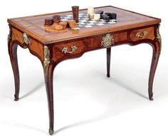 Tric trac table in rosewood veneer, Louis XV, France, inlaid leaves in frames and reserves amaranth. Its double-sided removable tray inlaid on one side of a board and the other a sheet. The interior decorated with a backgammon game ebony veneer and ivory colored and two lockers. Arched feet.