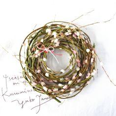 * ◆お正月飾り1  暮れの数日間、バタバタと過ごしています。 28日は実家の餅つき、明日は旦那の実家…と餅つきの梯子  柳に咲かせたのは餅の花 それをクルクルと巻いて、お正月リースの出来上がり。  2013年作 *