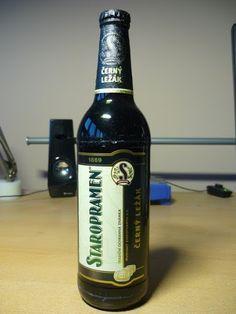 Cerveja Staropramen Černý, estilo Dark American Lager, produzida por Staropramen Breweries, República Tcheca. 4.4% ABV de álcool.