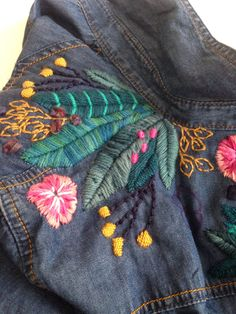 Camisa de jeans bordada Beaded Embroidery, Embroidery Patterns, Hand Embroidery, Textiles Y Moda, Denim Ideas, Love Jeans, Freeform Crochet, Refashion, Couture