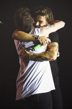 Louis Tomlinson and Harry Styles hug during final show One Direction Wallpaper, Harry Styles Wallpaper, One Direction Pictures, Larry Stylinson, Louis E Harry, Louis Tomlinsom, Hug Stickers, One Direction Louis Tomlinson, Mr Style