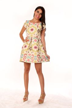 Hermoso brocado colorido y en un diseño muy elegante para este vestido!
