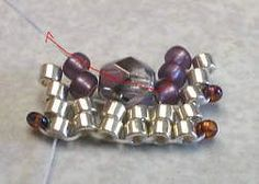 Tuto du bracelet scintillant en Herringbone ou comment placer des toupies ou perles dans le tissage.