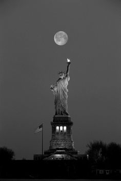 New York City moon. The Statue of Liberty Manhattan, New York City. Magic Places, Places To Visit, Poster Black And White, Black White, New York City, Ed Wallpaper, Ville New York, Usa Tumblr, Beautiful Moon
