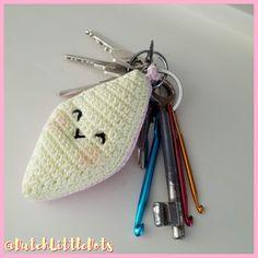 #haken, gratis patroon, Nederlands, #sleutelhanger, spekje, snoep, eten, voedsel, #haakpatroon Love Crochet, Diy Crochet, Crochet Dolls, Crochet Baby, Crochet Keychain, Mandala, Little Gifts, Free Pattern, Coin Purse