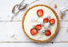 A tasty dessert recipe with a twist: learn how to prepare this lime pie decorated with sweet fresh strawberries and meringue kisses. Rasgulla Recipe, Pie Recipes, Dessert Recipes, Strawberry Meringue, Pie Decoration, Diwali Food, Canadian Food, Lime Pie, Chocolate Pudding