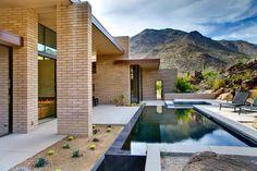 Piscina com parte da borda infinita. Canyon Pass at Dove Mountain, Home 101 modern-pool