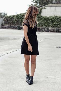 Look con un sencillo vestido LBD (Little Black Dress) y cardigan extra largo.  LBD with extra long cardigan.  LITTLE-BLACK-DRESS-SAMIVIDA-DESIRES-LBD-KNITTED-LONG-CARDI-08