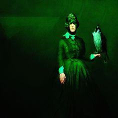 Destaque para o ponto de luz esverdeado da fotogravura em pigmentos sobre papel de algodão de Alberto Oliveira (2012)