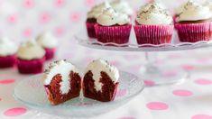 Schoko Cupcakes mit Sahne gefüllt, Schokocupcakes, Gefüllte Cupcakes, Muffins. Das Rezept gibts auf Allrecipes Deutschland http://de.allrecipes.com/rezept/17480/schoko-cupcakes-mit-sahnef-llung.aspx
