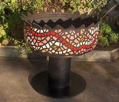 Macetero alto con llanta reciclada y decorado con estilo mosaico