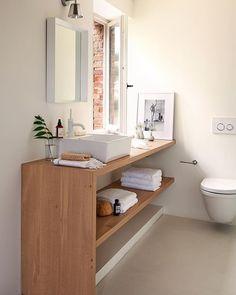 Los baños pequeños son grandes desafíos. Pero superar el reto de los pocos metros es posible. En este caso, el mueble volado logra aligerar el espacio, el grifo empotrado libera superficie en el lavamanos y la unidad cromática amplía visualmente. ¿Más trucos? Todos en elmueble.com/s160x160/ (link en la bio)
