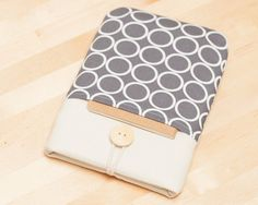 This cute padded ereader sleeve it´s designed to protect your ereader from scratches. It´s made of cotton fabric, padded with 5mm thick foam and comes with