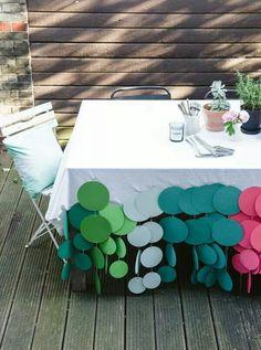 Possível toalha de mesa... Linda e Super fácil... Feita com discos de papel cartão.