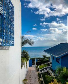 Sidi Bou Saïd 🌴Par @oussama__ms 📸#tunisiatravel #africa #tunisia #sidibousaïd #discovery #peace #architecture #oldarchitecture #picture #picoftheday #bestview #escalier #colors #beach #street #sky #blue Sidi Bou Said, Santorini, Beaux Villages, Architecture Old, Discovery, Africa, Sky, Mansions, Beautiful