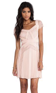 BCBGMAXAZRIA Robe Aris manches courtes en Barely Pink | REVOLVE