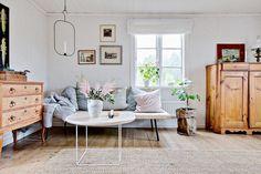 Invändigt speglas huset av ljus och vackra brädgolv. Tryckhålan 246 - Bjurfors