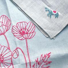 "99 Me gusta, 1 comentarios - annas/アンナス (@annastwutea) en Instagram: ""『ワードローブを彩るannasの刺繍教室』高橋書店 の中から、口絵の作品。 ポピーのワンピースと、馬のハンカチ。 ワンピースは結婚式の二次会とかにも着ていけそうな感じです。 ・…"""