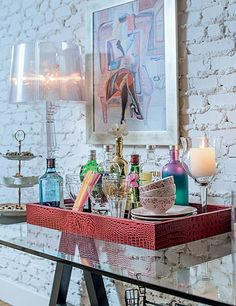 Bandejas são um recurso ótimo para organizar bebidas e utensílios – além de decorar (Foto: Foto Ricardo Corrêa   Realização Cláudia Pixu   Produção Michele Moulatlet)