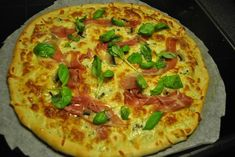 Kristian René Johansens pizza med hvit saus, parmaskinke og blåmuggost