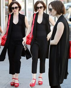 Victoria Beckham e Lily Collins te ensinam a quebrar a produção preta e básica sem esforço (mas com muita gra...