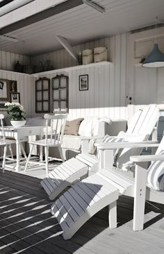 Porch: small table, bench, etc.... white life ©: Do you love the beach house feeling?