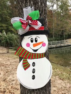 Snowman door hanger by ThePinkSpeckledFrog on Etsy Gingerbread Christmas Decor, Outside Christmas Decorations, Christmas Snowman, Christmas Diy, Xmas, Pallet Projects Christmas, Christmas Wood Crafts, Holiday Crafts, Snowman Door