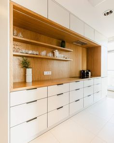 #theview #apartment #dwelling #interiordesign #kitchen #allwhite #oak #wood #materials #simple #minimalism #detail #frame #throwback #tb #interiores #modern #polishdesign #linear #mml #poznan #oldtown #archdaily #interior #archilovers #picoftheday Photo by @pionfotografia