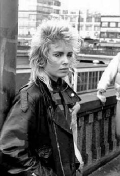 Kim Wilde ~ Check out for more pins… Kim Wilde, 80s Pop, Women Of Rock, Idole, New Wave, Concert, The Beatles, 1980, Street Style