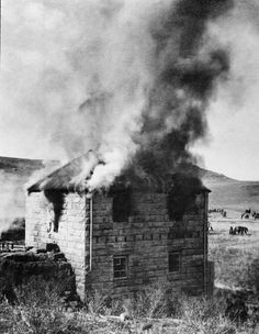 Burning a Boer farm, 1901 (c) Close Air Support, War Novels, Saint Matthew, Dream Images, Earth Photos, Lest We Forget, African History, World War Two, Old Pictures