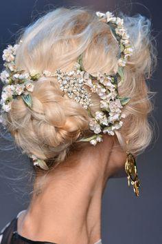dolce and gabbanna coiffure fashion week milan printemps été 2014 - Bucolisme de quelques fleurs piquées dans un chrignon bas tressé.