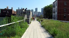 The High Line stretches for one and half miles above the New York streets. Image by David Berkowitz / CC BY 2.0