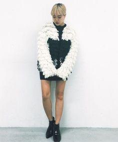 もこもこのボリュームニットコート❤︎     ちょっと太めの糸をハンドメイドで編んでいるので表面感が絶妙に出ていることが特徴です   本当にこういうニットコートが欲しくて、でも手の届く値段では意外となくて、、、   これなら真冬も中に重ねて暖かく着てもらえるんです!