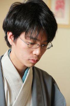 (手を組みじっと盤を見ていた)豊島将之七段 - 第86期棋聖戦五番勝負第1局