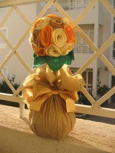 Peso de porta . Flores de feltro , laço de cetim.  Por ser um produto artesanal as cores podem sofrer alteração. Verificar disponibilidade das mesmas cores na solicitação do pedido. R$ 20,00