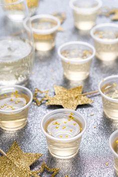 Champagne Jello Shots 25 Twists On Classic Snacks For A Stellar Movie Night Menu New Year's Drinks, New Year's Eve Cocktails, Party Drinks, Party Snacks, Summer Drinks, Party Party, Party Games, New Years Eve Drinks, New Years Eve Dessert