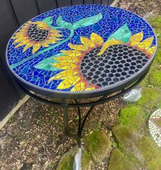 Mosaic Sunflower Table using Trend Glass tiles. Mosaic Tile Table, Mosaic Birdbath, Mosaic Garden Art, Mosaic Vase, Mosaic Tile Art, Mosaic Artwork, Mosaic Crafts, Mosaic Mirrors, Mosaic Projects