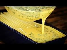 Lege die gekochten Makkaroni in Schichten in die Kastenform und backe sie. Über das Aussehen wirst du nicht schlecht staunen.