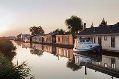 Die Niederlande von ihrer verträumten Seite: Per Hausboot kann man Dörfer und Städte besichtigen – ganz ohne Lärm und Stau