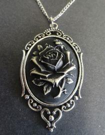 Pendentif camée de style victorien avec une rose noire dans un cadre baroque