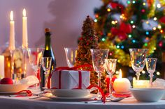 The holiday season is upon us and it is time to start thinking about the annual christmas party plans. planning a corporate event becomes stressful and this Event Planning Template, Event Planning Checklist, Event Planning Business, Event Planning Design, Party Planning, Office Holiday Party, Holiday Parties, Diy Wedding Planner, Deco Table