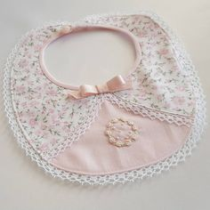 Baby Bibs To Crochet, Thanksgiving Bib, - Baby Shower Treats Ideas, Baby Shower Notes To Baby. Quilt Baby, Diy Baby Gifts, Baby Crafts, Baby Sewing Projects, Sewing For Kids, Baby Bibs Patterns, Sewing Patterns, Diy Bebe, Bib Pattern