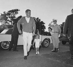 IlPost - Il presidente Kennedy con suo figlio John Kennedy Jr., 2 anni, arriva in visita dalla moglie Jacqueline Kennedy l'11 agosto 1963 nell'ospedale della Otis Air Force dove è ricoverata per il parto del terzogenito Patrick, morto due giorni dopo la - Il presidente Kennedy con suo figlio John Kennedy Jr., 2 anni, arriva in visita dalla moglie Jacqueline Kennedy l'11 agosto 1963 nell'ospedale della Otis Air Force dove è ricoverata per il parto del terzogenito Patrick, morto due giorni…