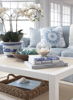 Simple Coffee Table Accessorizing (elements of style) Shabby Chic, Decorating Coffee Tables, Coffee Table Decorations, Beach House Decor, Beach Houses, Summer House Decor, Style At Home, Style Blog, Coastal Decor