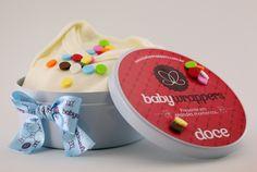 Pote de confetes de roupinhas de bebê da Baby Wrappers.
