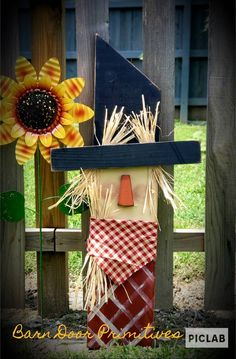 Wood Scarecrow, Scarecrow Crafts, Fall Scarecrows, Scarecrow Face, Primitive Scarecrows, Scarecrow Ideas, Fall Wood Crafts, Halloween Wood Crafts, Holiday Crafts